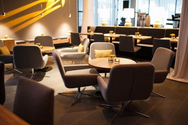 Berlin-News.NET - Berlin Infos & Berlin Tipps | Wie im gesamten Hotel dominiert im Restaurant ein klarer, unaufdringlicher Stil, der die minimalistische Eleganz der Außen-Darstellung des Hauses aufgreift