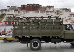 Ost Nachrichten & Osten News | Foto: Chinesisches Militär vor dem Potala in Lhasa (Archivbild RFA).
