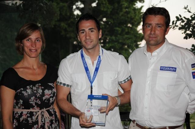 Auto News | Die Auszeichnung wurde von Didier Schicks (Doyen Auto, rechts) an Kevin Serou von TRW (in der Mitte) übergeben. Anlass war der jährliche Kundenevent im französischen Opio.