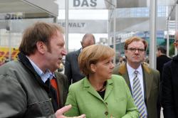 Ost Nachrichten & Osten News | Foto: Angela Merkel im Gespräch mit dem Kurator der Ausstellung Tom Sello.