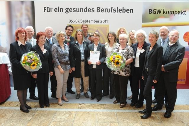 Berlin-News.NET - Berlin Infos & Berlin Tipps | Vertreter der BGW, Vertreter/-innen der ausgezeichneten Unternehmen und Dr. Irene Preußner-Moritz, Geschäftsführerin von SMEO (10. v. l.) bei der Verleihung des Gesundheitspreises