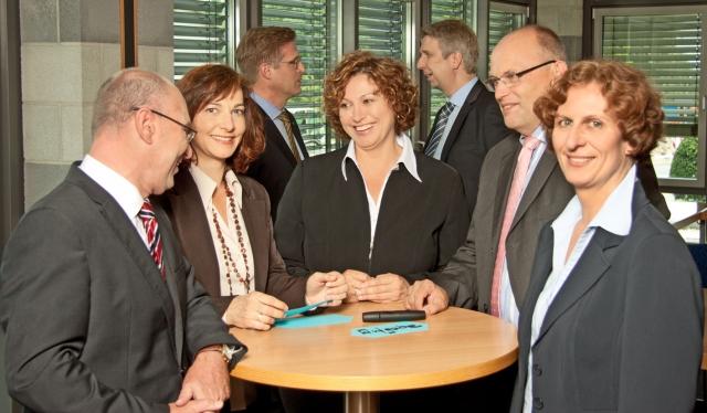 Auto News | Heike Gutknecht (Mitte) mit den Beraterkollegen und Coaches Klaus Strecker, Daniela Rösler, Werner Schulze, Frank Quathamer, Bernd Rose und Brigitte Mayer  (v.l.n.r.)