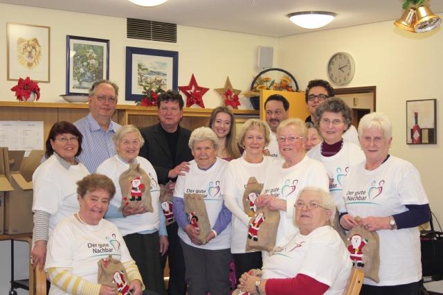 Duesseldorf-Info.de - Düsseldorf Infos & Düsseldorf Tipps | Die Senioren freuten sich über einen bunte Weihnachtsfeier mit Geschenken und Sängerin Jenny Daniels.