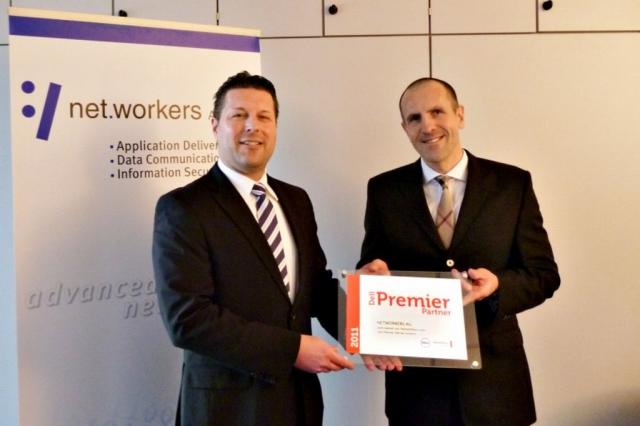App News @ App-News.Info | Helmut Nohr, Dell Channel Sales Manager Deutschland (l.), überreicht die Ernennungsurkunde zum Dell Premier Partner an Dr. Thomas Kretzberg, Vorstand der Networkers AG (r.).