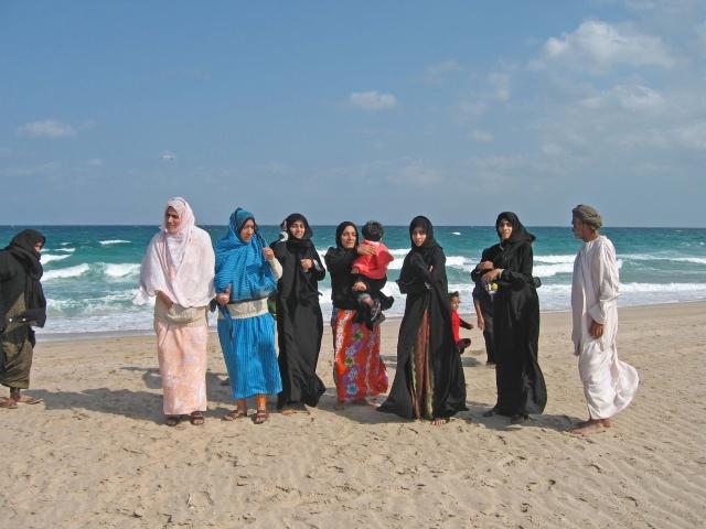 Afrika News & Afrika Infos & Afrika Tipps @ Afrika-123.de | Frauen am Strand der Hafenstadt Sur, Oman