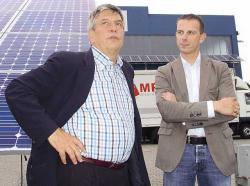 Alternative & Erneuerbare Energien News: Alternative Regenerative Erneuerbare Energien - Foto: Bundestagsabgeordneter Dr. Hermann Scheer (links) mit Mp-tec Geschäftsführer Michael Preißel.