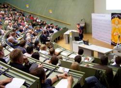 Alternative & Erneuerbare Energien News: Foto: Prof. Scholl beim Vortrag vor über 300 Gästen an der Uni Stuttgart.