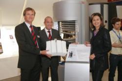 Alternative & Erneuerbare Energien News: Foto: Gerhard Schwarz, Robin M. Welling, GF TiSUN GmbH, mit LRin Patrizia Zoller-Frischauf.