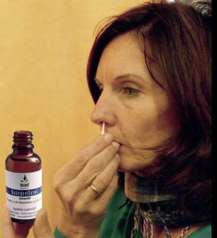 Kosmetik-247.de - Infos & Tipps rund um Kosmetik | Natürliches Nasenreflexöl macht die Nase frei (Foto: Christoph Werr/Apotheke Grabenstätt)