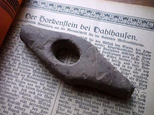 Historisches @ Historiker-News.de | Gefundenes Steinbeil, erdichteter Opferstein. Foto: Lars Friedrich/Hattingen