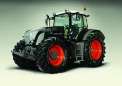 Landwirtschaft News & Agrarwirtschaft News @ Agrar-Center.de | Foto: Fendt 936 Black Beauty. Kühlluft für 360 PS! Unter dem Emblem der Fa. Fendt-Traktoren verbirgt sich eine taillierte Motorhaube und raffiniert gezogenes SOLVARO-Lochblech..