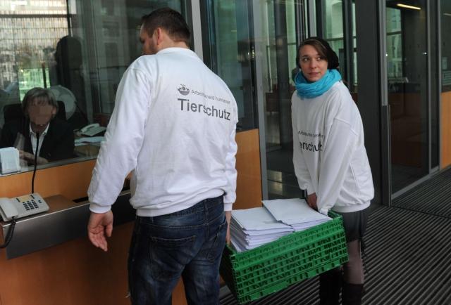BIO @ Bio-News-Net | Aktivisten vom Arbeitskreis für humanen Tierschutz überreichen persönliche Schreiben zum Thema Schächten für alle Mitglieder des Deutschen Bundestags