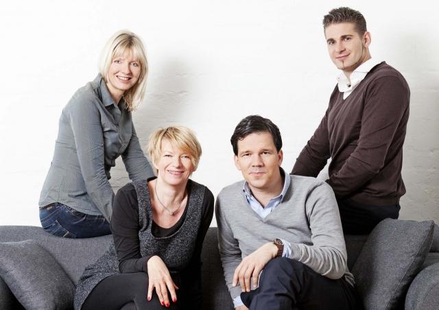 Hotel Infos & Hotel News @ Hotel-Info-24/7.de | Haben die Zusammenarbeit für 2012 besiegelt (v.l.n.r.):  Birgit Oehmcke und Claudia Penzkofer  (CYPRESS, Travel.Communications) mit den Hotelodeo Gründern Sascha Eikelmann und Sven Bliedung.