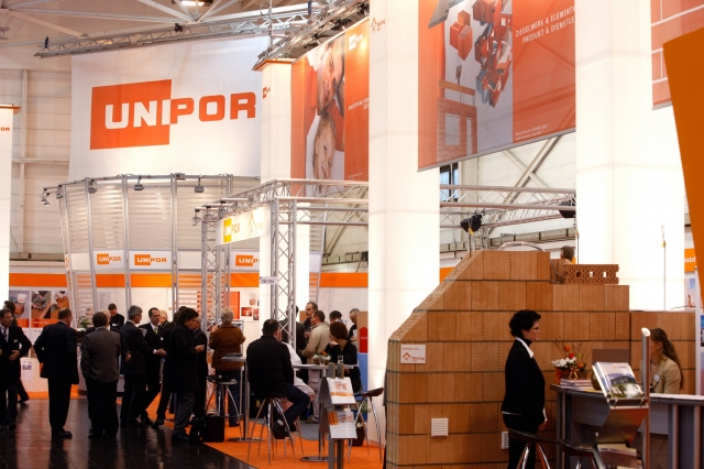Ziegelvielfalt für jeden Bedarf: Umfangreiche Informationen zur Produktpalette und den Vorzügen der Ziegel-Elementbauweise erhalten Baufachleute am Unipor-Messestand auf der DEUBAU 2012 in Essen.