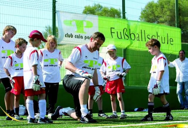 App News @ App-News.Info | Trainer und Fußball-Kids im Club Cala Pada auf Ibiza