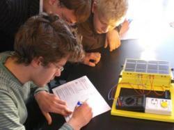 Alternative & Erneuerbare Energien News: Foto: ildeten einen wahren Publikums-Magneten: Die Schüler-Mitmach-Aktionen zum Thema >> Erneuerbare Energien << der Firma IKS Photovoltaik..
