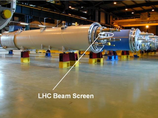 Schweiz-24/7.de - Schweiz Infos & Schweiz Tipps | Kleines Blech, große Wirkung: Die Teile mit dem Sägezahnprofil lenken die Elementarteilchen im LHC in die richtige Bahn.