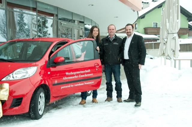 Weihnachten-247.Info - Weihnachten Infos & Weihnachten Tipps | Die Gewinnerin des Autos der WGA Barbara Kastelic, Alfred Neumayer (Autohaus) und Christian Hofmann (Obmann WGA):