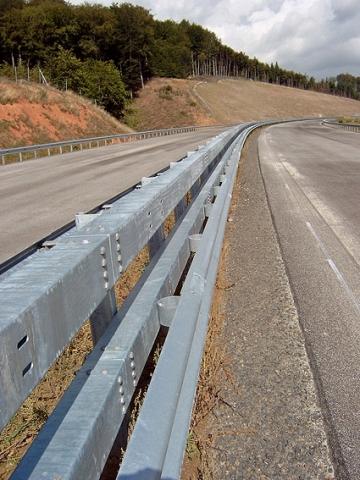 Stahlschutzplanken drohen zu verschwinden - und mit ihnen die Sicherheit im Straßenverkehr.