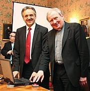 Mainz-Infos.de - Mainz Infos & Mainz Tipps | Generalvikar Dietmar Giebelmann (re.) schaltet gemeinsam mit Dr. Peter Kottmann (Wilken Entire AG, li.) die Anwendungen produktiv.