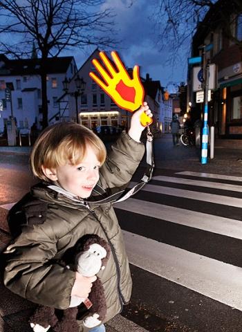 Auto News | Sinnvolles Spritzgussteil für mehr Sicherheit: Die reflektierende Signalhand von AFK.