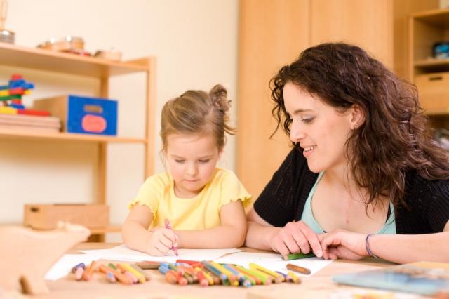 Berlin-News.NET - Berlin Infos & Berlin Tipps | Angehende Erzieherin mit Kind beim Malen