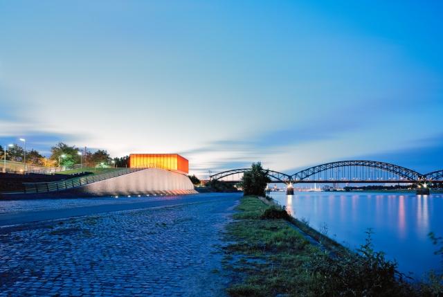 Duesseldorf-Info.de - Düsseldorf Infos & Düsseldorf Tipps | Nächtens wird die feuerverzinkte Gitterostfassade des Pumpwerkes illuminiert.