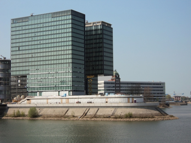 Alternative & Erneuerbare Energien News: Mit Triflex ProDetail haben die Abdichter von Iso-Bau Oberhausen die Zwillingstürme im Düsseldorfer MedienHafen auch für eine Jahrhundertflut gerüstet.