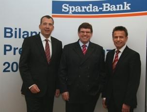 Versicherungen News & Infos | Der Vorstand der Sparda-Bank Nürnberg freut sich über das erfolgreiche Geschäftsjahr 2011 (v.l.): Stefan Schindler, Volker Köhler (Vorsitzender), Thomas Lang.