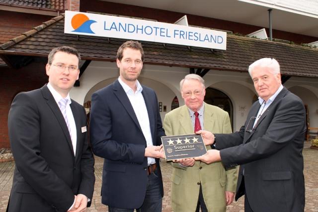 Hotel Infos & Hotel News @ Hotel-Info-24/7.de | Bekenntnis zu hoher Qualität (von links): Hoteldirektor Marc Stickdorn und Upstalsboom-Geschäftsführer Bodo Janssen erhielten von Uwe Brandis und Heiko Koch (DEHOGA Niedersachsen) die neue Klassifizierungstafel..