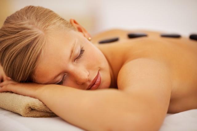 Kosmetik-247.de - Infos & Tipps rund um Kosmetik | Auch eine Hot-Stone-Massage zählt zur Luxuswoche der Bad Liebenzeller Schönheitsfarm.
