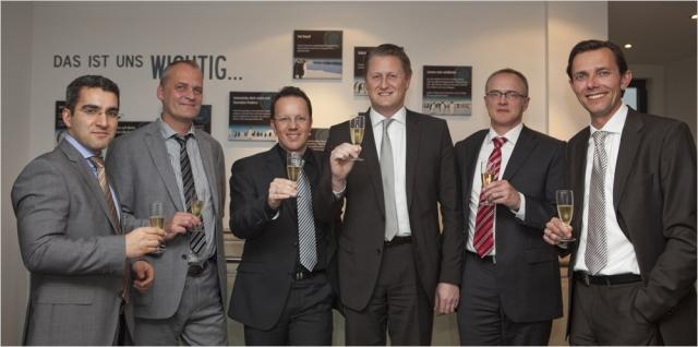 Versicherungen News & Infos | Grund zum Feiern – Im Bild (v.l.n.r.): Federal Alkan (QSC-Vertrieb), Arnold Stender (QSC-Vorstand), Ralf Ganderath (innocate-Geschäftsführer), Markus Ufer (innocate-Prokurist), Bernd Lambrecht (innocate-Senior Consultant), Mark Huppert (QSC-Produktmanagem