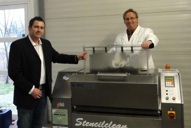 Auto News | Stencilclean Sia, links: Dipl.-Ing. Jan Kirmse (Produktmanager factronix GmbH), rechts: Ulf Jepsen (Geschäftsführer photocad)