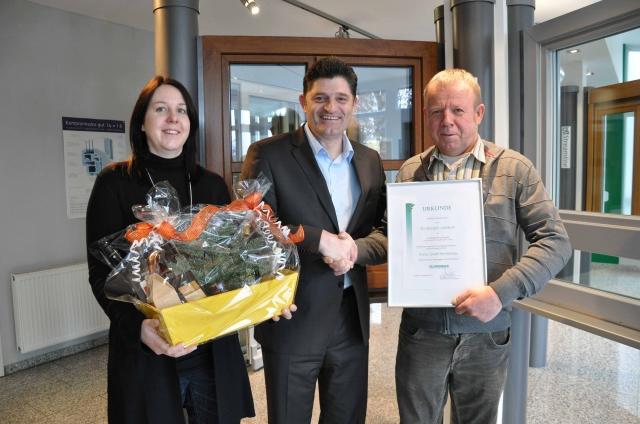 Haussanierung: | Vlnr.: Nicole Gradl (Geschäftsleitung der Fa. Gradl), Wolfgang Sandhaus (Geschäftsführender Gesellschafter SIP), Johann Gradl (Geschäftsleitung der Fa. Gradl) und Fredy Neumeister (Gebietsverkaufsleiter Salamander) feierten gemeinsam das Partnerjubiläum.