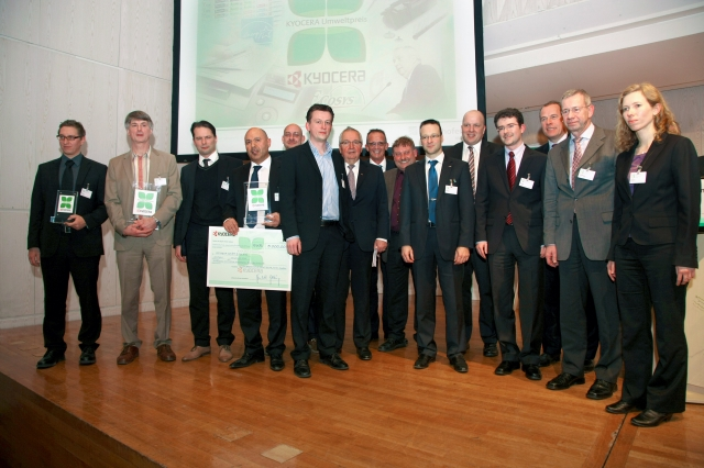 Pflanzen Tipps & Pflanzen Infos @ Pflanzen-Info-Portal.de | KYOCERA-Umweltpreis: Gruppenbild der Preisträger mit Prof Klaus Töpfer (7. v.l.), ehem. Bundesumweltminister, und Reinhold Schlierkamp (8. v.l.), Geschäftsführer KYCOERA MITA DEUTSCHLAND GmbH und KYOCERA MITA AUSTRIA GmbH