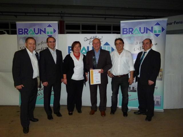 Haussanierung: | Den Lieferanten-Award nahmen stellvertretend für SIP Brigitte Neumeister (3. vl) & Fredy Neumeister (Gebietsverkaufsleiter 4. vl) entgegen. Die Inhaber-Brüder Georg, Wolfgang, Christian und Thomas Braun gratulierten zum 1. Platz.