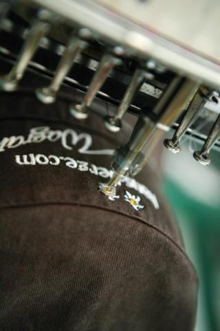 mode-und-music.de - News, Infos & Tipps | Toferer textil stickt Werbetextilien in der größten Stickerei Salburgs.
