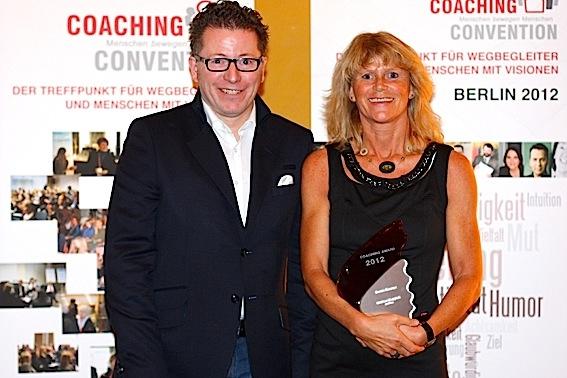 Berlin-News.NET - Berlin Infos & Berlin Tipps | Preisträgerin Gudrun Happich mit Alexander Maria Faßbender, dem Initiator der Coaching Convention. (copyright www.die-schneider.at)