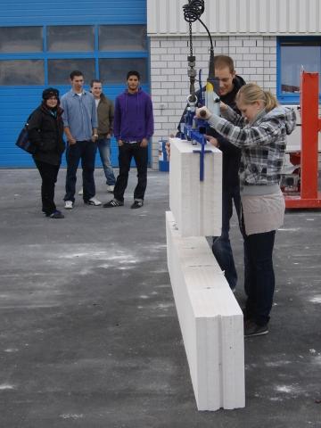 Dresden-News.NET - Dresden Infos & Dresden Tipps | Neben theoretischen Themen wie Werkstoffkunde oder Bauphysik wird es beim PORIT Azubi-Tag auch ganz praktisch.