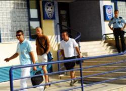 Muslim-Portal.net - News rund um Muslims & Islam | Foto: Die RTL-Reporter und der Cartier-Geschäftsführer vor der Polizeiwache Alanya.