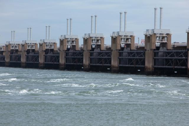 Technik-247.de - Technik Infos & Technik Tipps | Das niederländische Sturmflutwehr Oosterschelde besteht aus 62 Toren mit Gewichten zwischen 250 und 400 Tonnen. Entsprechend hoch sind die Anforderungen an die Hydraulik, die diese Wehrtore bewegt