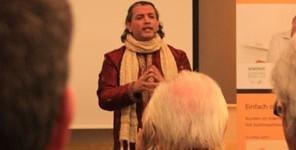 Europa-247.de - Europa Infos & Europa Tipps | Sanjay Sauldie während eines Vortrages
