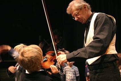 Tickets / Konzertkarten / Eintrittskarten | Was die kleine Geige Stradi erlebt, das sehen und hören Münchner Kinder im mini.musik Mitmachkonzert