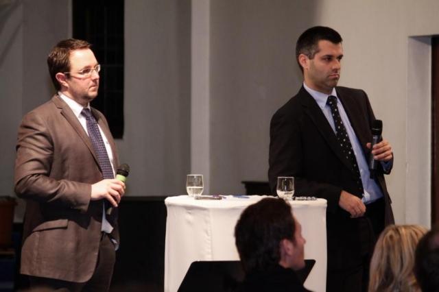 Schufaexperte Rechtsanwalt Sven Tintemann bei einer geschädigten Versammlung zusammen mit Rechtsanwalt Christian Schulter