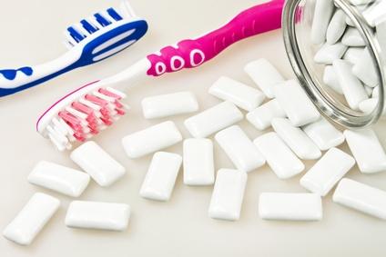 Zuckerfreie Zahnkaugummis pflegen die Zähne