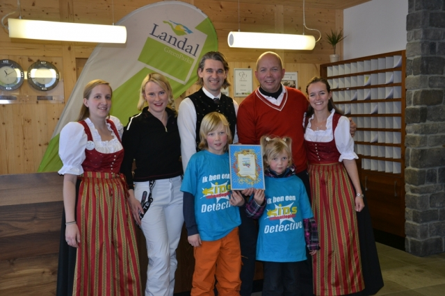 Europa-247.de - Europa Infos & Europa Tipps | Kids travel guide Detektive bei der Übergabe des kids! Gütezeichen-Zertifikats