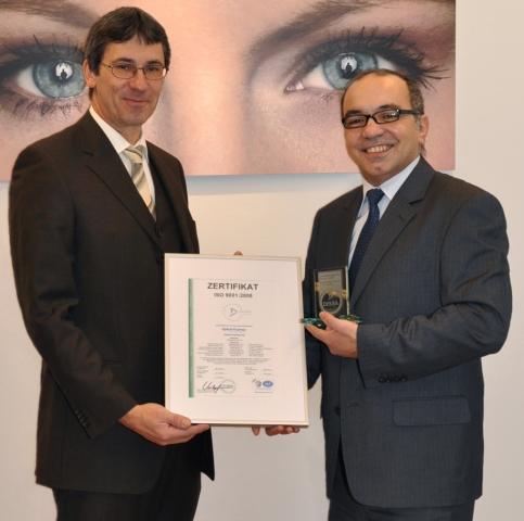 Hamburg-News.NET - Hamburg Infos & Hamburg Tipps | Qualität bestätigt: Als eines der ersten Augenlaserzentren hat sich Optical Express in allen Bereichen zertifizieren lassen. V.l.n.r.: Robert Zizler, Vertriebsleiter (Bayern-Süd) der DEKRA,  und Adrian Draghioiu, Leiter des Qualitätsmanagements bei Optica