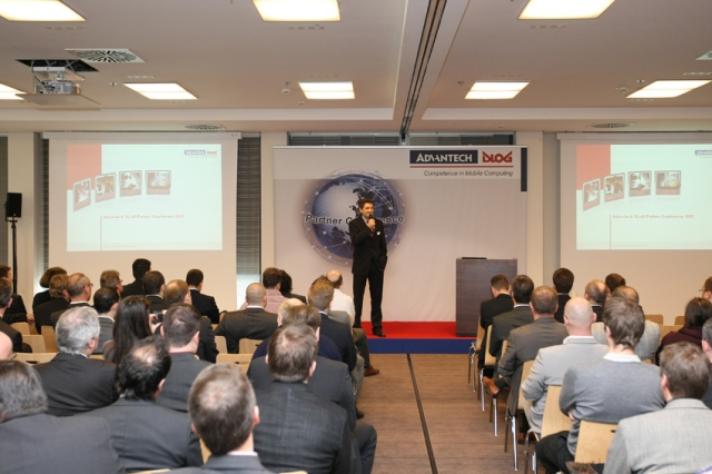 Amerika News & Amerika Infos & Amerika Tipps | Lars Böddeker, Vertriebsleiter Europa bei Advantech-DLoG, begrüßt die Teilnehmer der Partnerkonferenz.