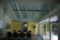 Moderne Rollläden mit Lichtschienen lassen Tageslicht in die Wohnräume einfallen, ohne diese zum unangenehmen