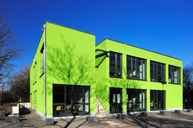Schweiz-24/7.de - Schweiz Infos & Schweiz Tipps | Frisches Grün kennzeichnet den Neubau mit Raummodulen von ALHO für die Uni Köln.